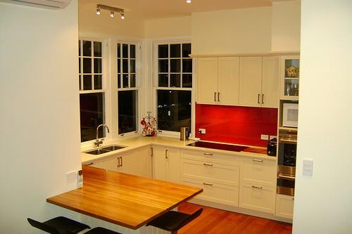 amenajare bucatarie cu parchet mobilier alb si tavan crem cu spoturi