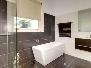 Idei amenajari interioare bai etc constructii amenajari in for Australian small bathroom design
