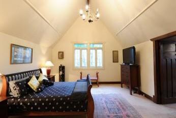 Model de dormitor pentru mansarda amenajat simplu