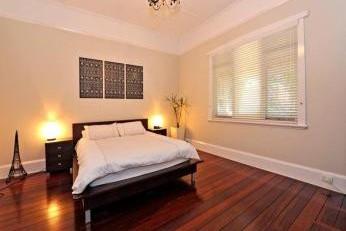 Dormitor amenajat clasic cu pat pe centru
