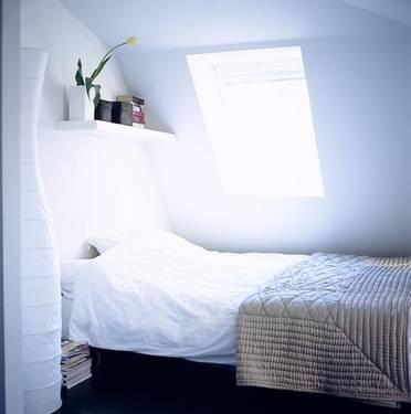 Dormitor mansarda alb