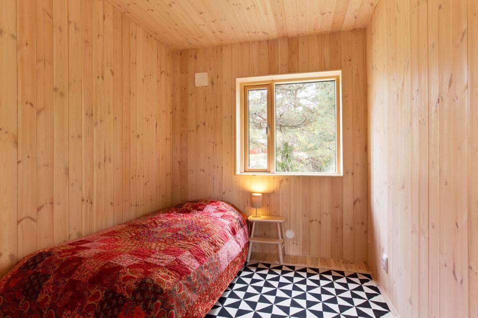 amenajare dormitor din lambriu din lemn