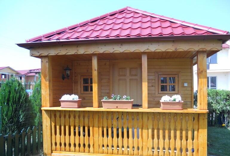 casuta din lemn cu terasa